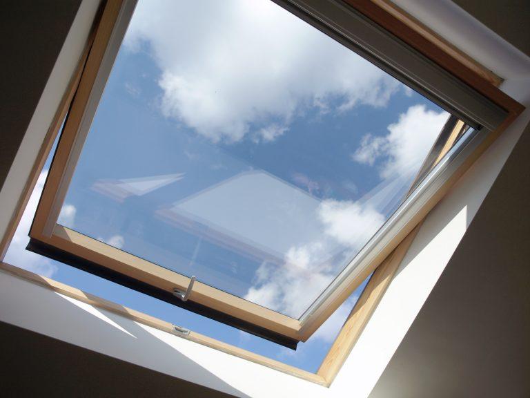 De la lumière sous les combles avec les fenêtres de toit.