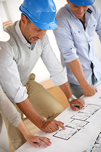 Entreprise générale du bâtiment travaille sur plans