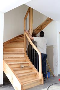installer un escalier cheap escalier tournant avec limon central et marches en chne brescia. Black Bedroom Furniture Sets. Home Design Ideas