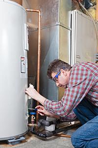 Plombier répare chauffe-eau