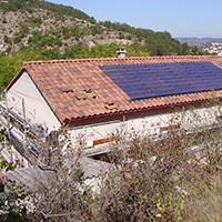 Pose de panneaux photovoltaïques sur le toit d'une maison