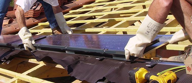 Pose de panneaux photovoltaïques pour une maison autonome