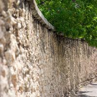 clôturer avec un mur en pierres