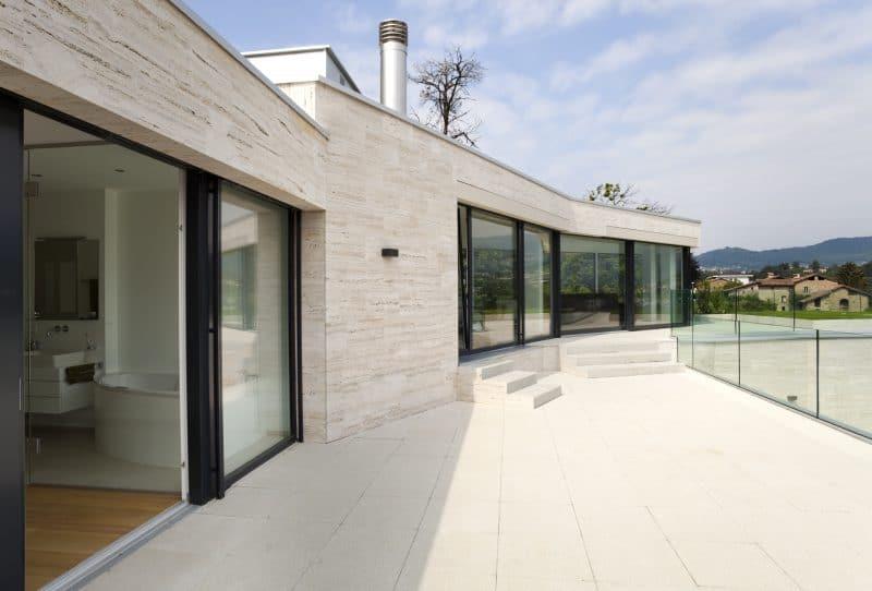 Comment entretenir votre terrasse en carrelage