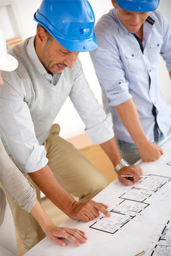 Courtier en travaux avec plan de construction