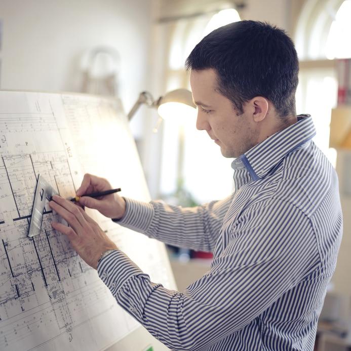 Maitre d oeuvre réalisant des plans de construction de maisons