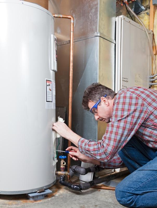 Plombier installant un chauffe-eau thermodynamique.