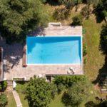 vue aérienne d'un aménagement de piscine