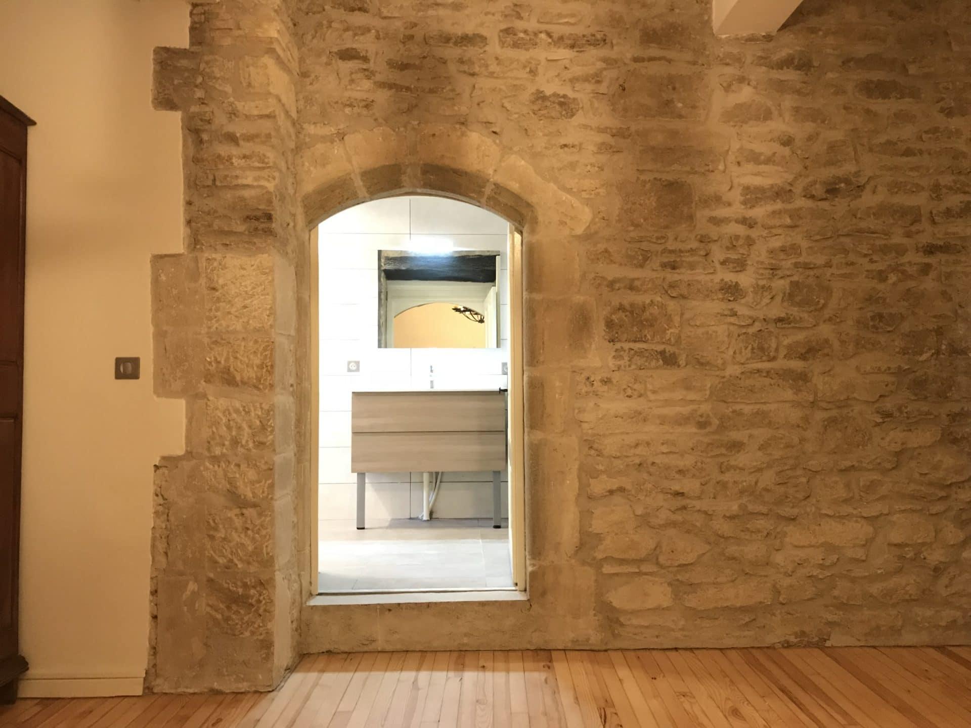Habiller Un Mur Exterieur En Parpaing poser des pierres apparentes pour décorer un mur intérieur
