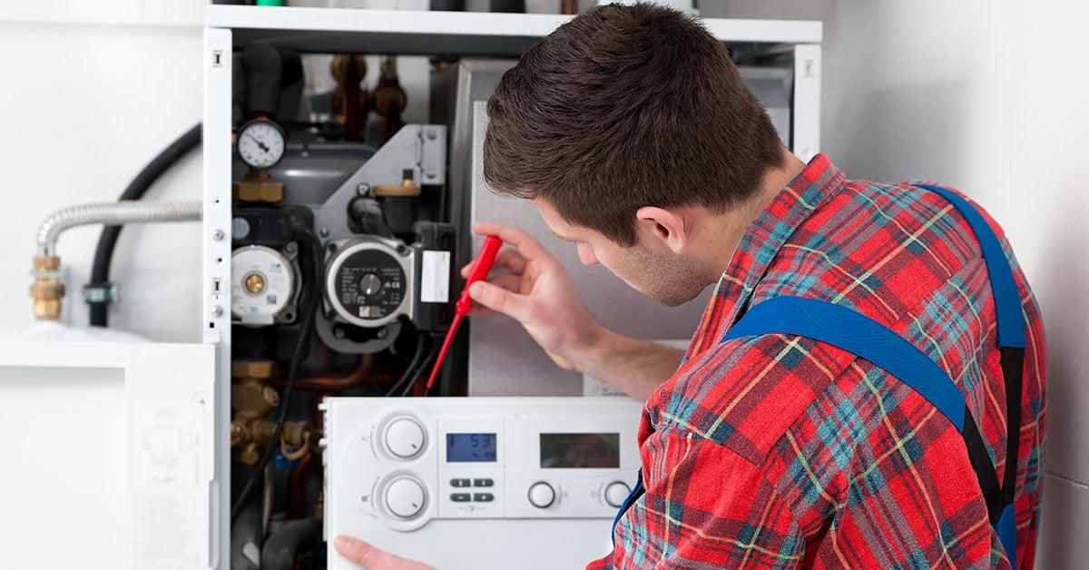 Technicien qui remplace une chaudières fioul