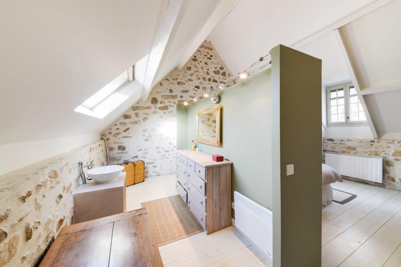 Installer Salle De Bains Combles rénovation salle de bain : guide, prix au m2 et devis