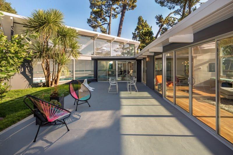 Terrasse de maison design en resine grise