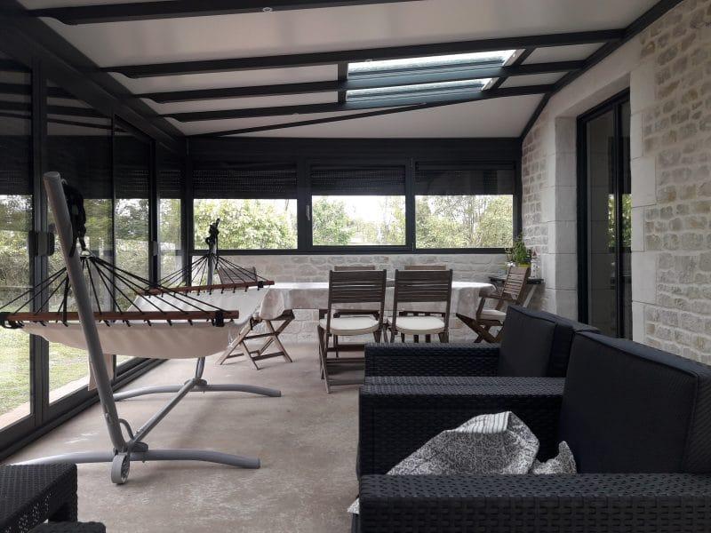intérieur véranda moderne à Aiffres