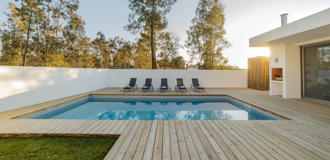 construction d'une piscine avec grande terrasse en bois
