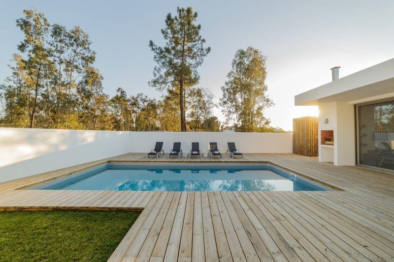 piscine moderne avec terrasse en bois