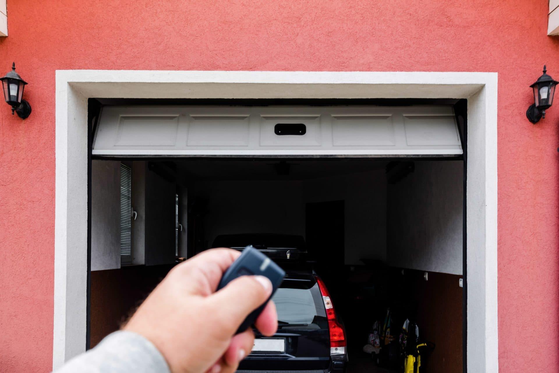Comment Rénover Une Porte En Bois motoriser une porte de garage : quelles sont les solutions ?