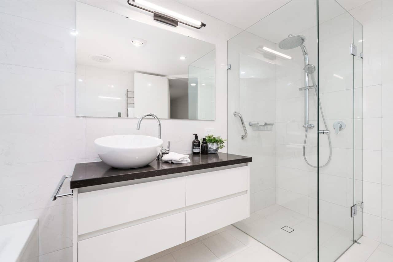 salle de bain moderne blanche avec douche à l'italienne
