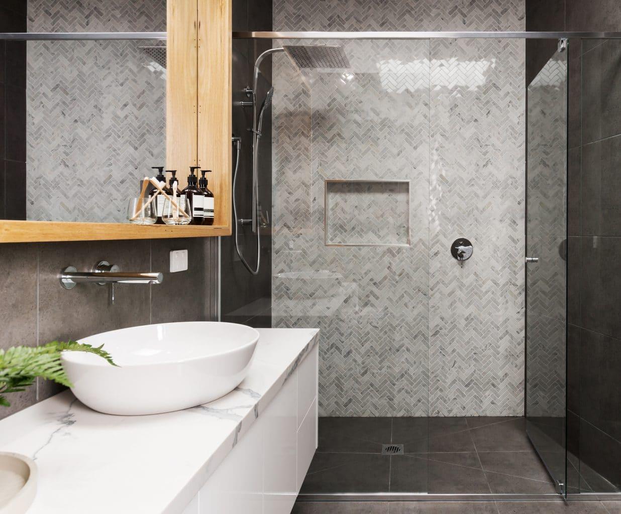 salle de bain douche à l'italienne carrelage faience seche-serviettes meuble vasque