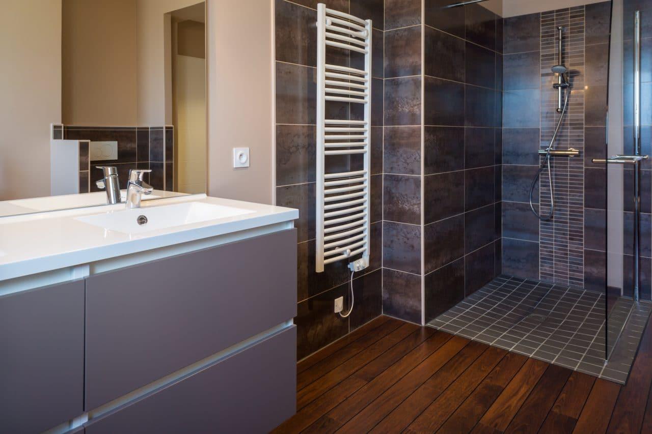 Salle de bain douche à l'italienne faience carrelage vasque marbre