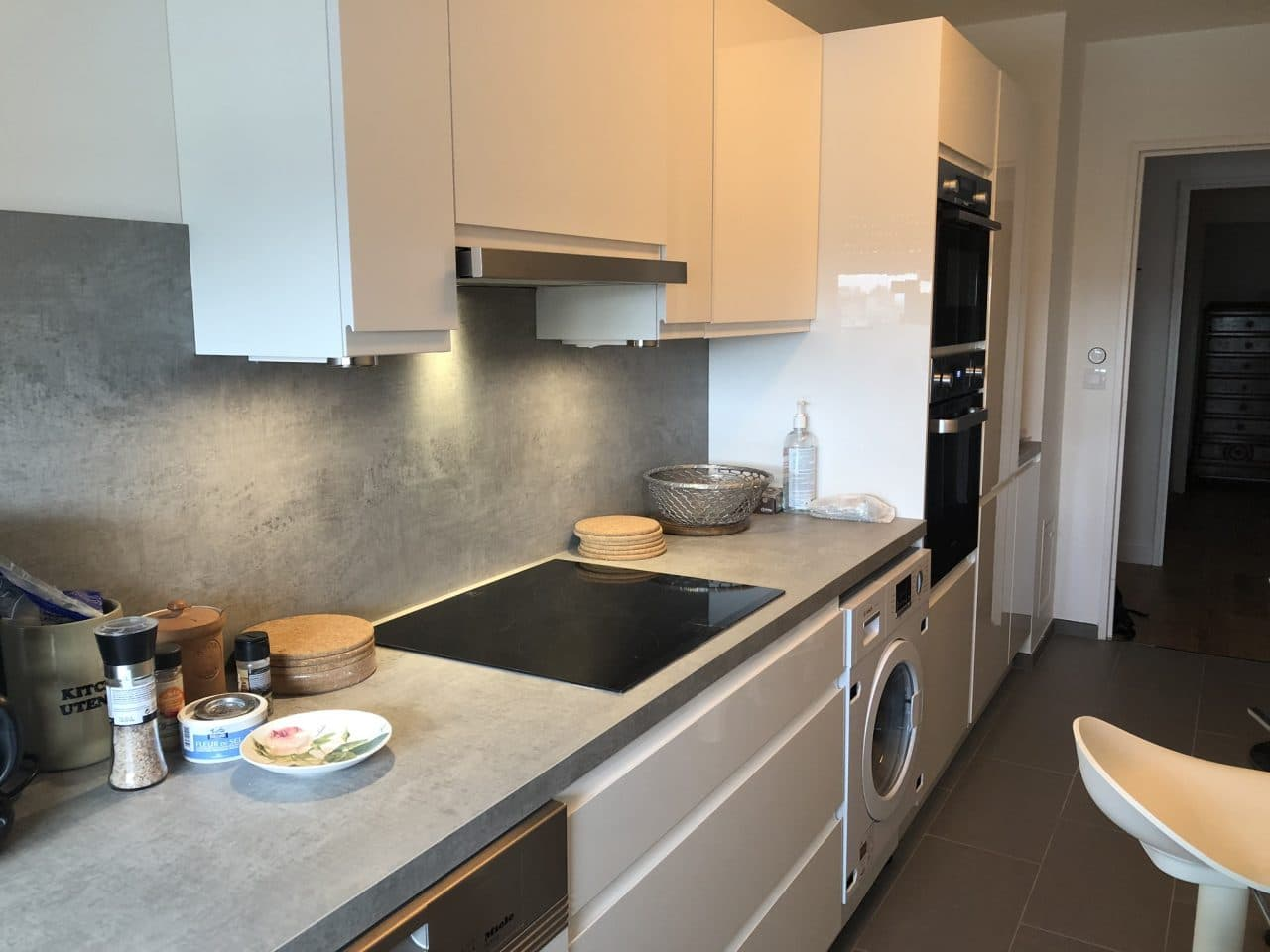 rénovation appartement cuisine aménagée tiroirs hotte plaque de cuisson électroménager Paris 11e arrondissement