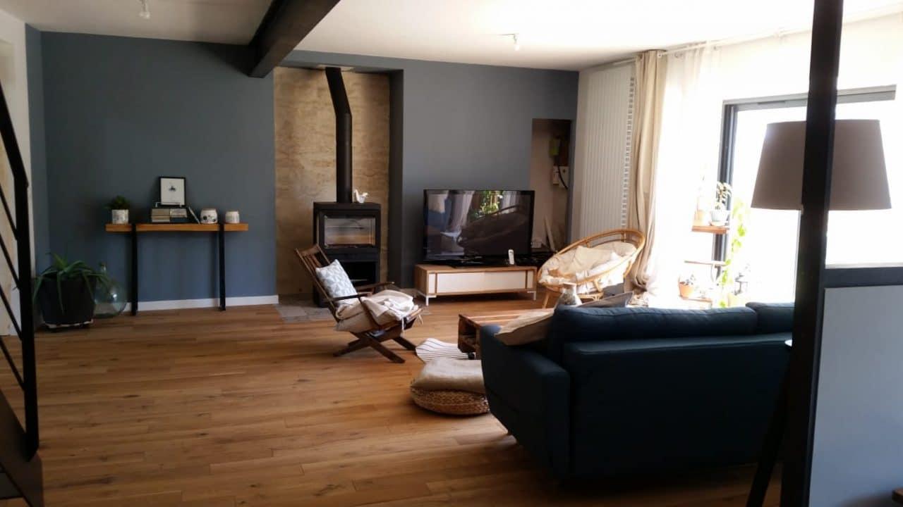rénovation longère salon séjour parquet contrecollé peinture baie vitrée poêle à bois Landaul