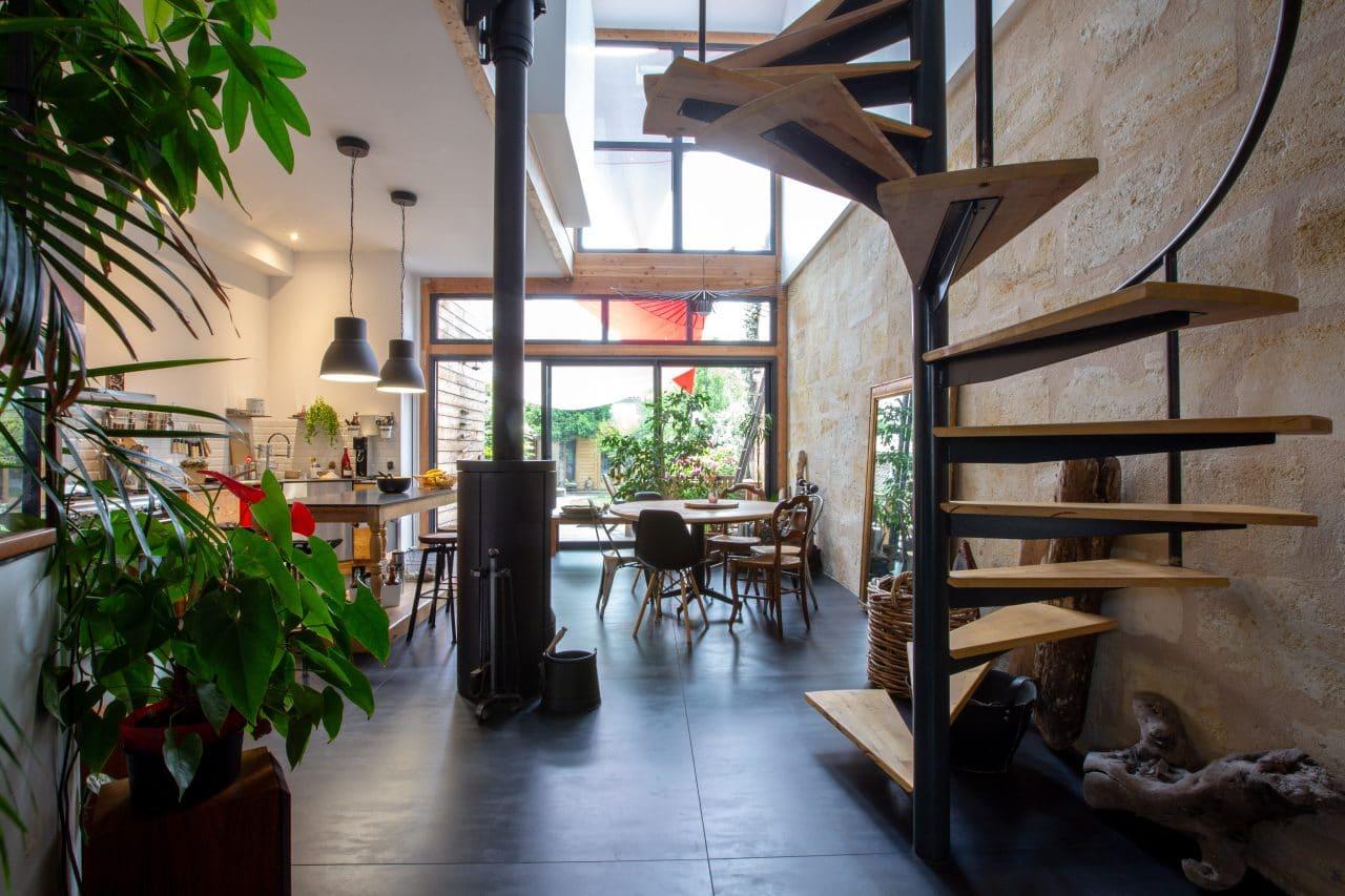 rénovation surélévation maison séjour cuisine ouverte mur en pierre escalier mezzanine Bègles