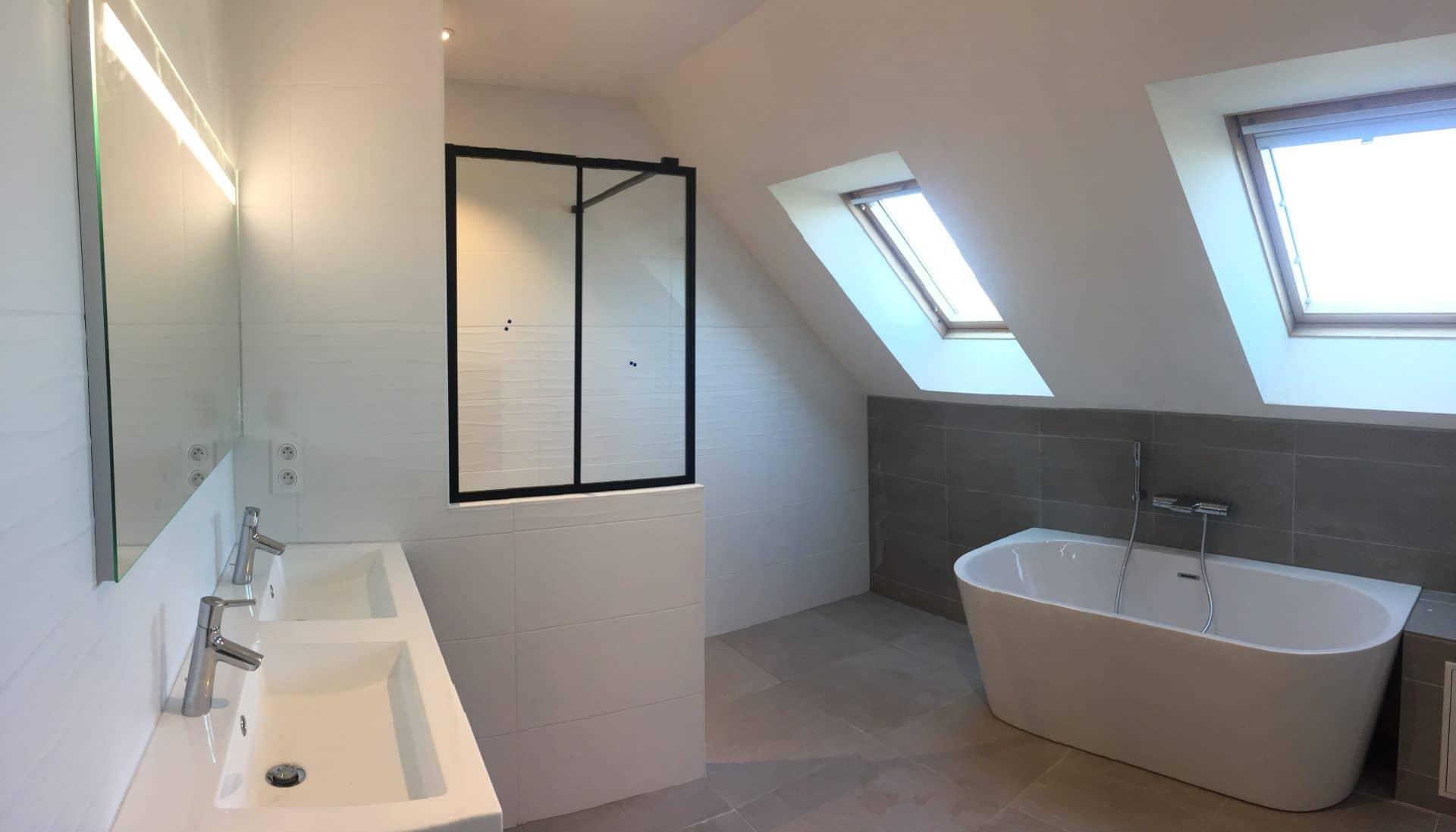 Pose de faïence dans une salle de bain