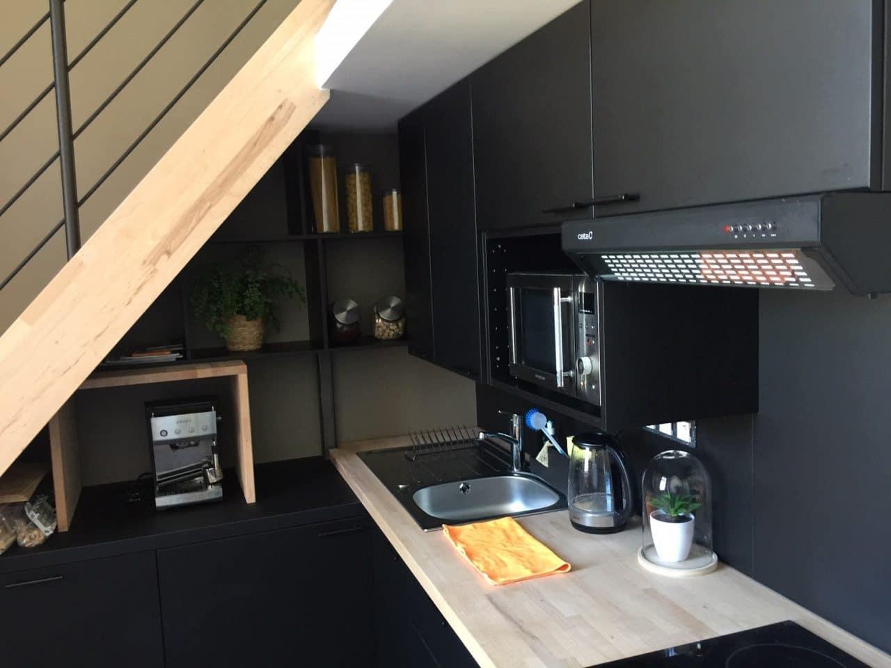 rénovation studio cuisine ouverte évier plaque de cuisson placard escalier bois Le Croisic