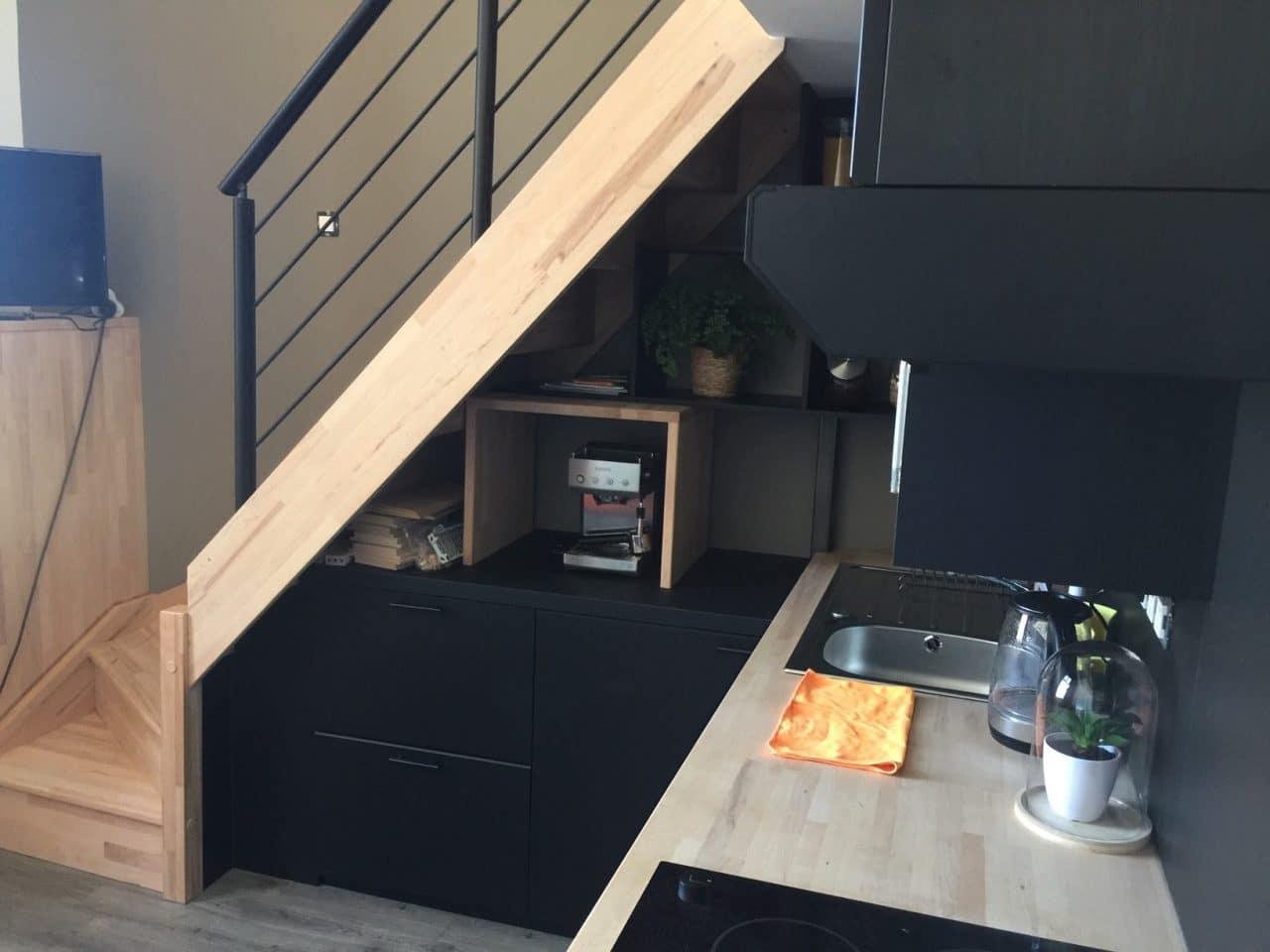 rénovation studio cuisine ouverte évier rangement escalier bois Le Croisic