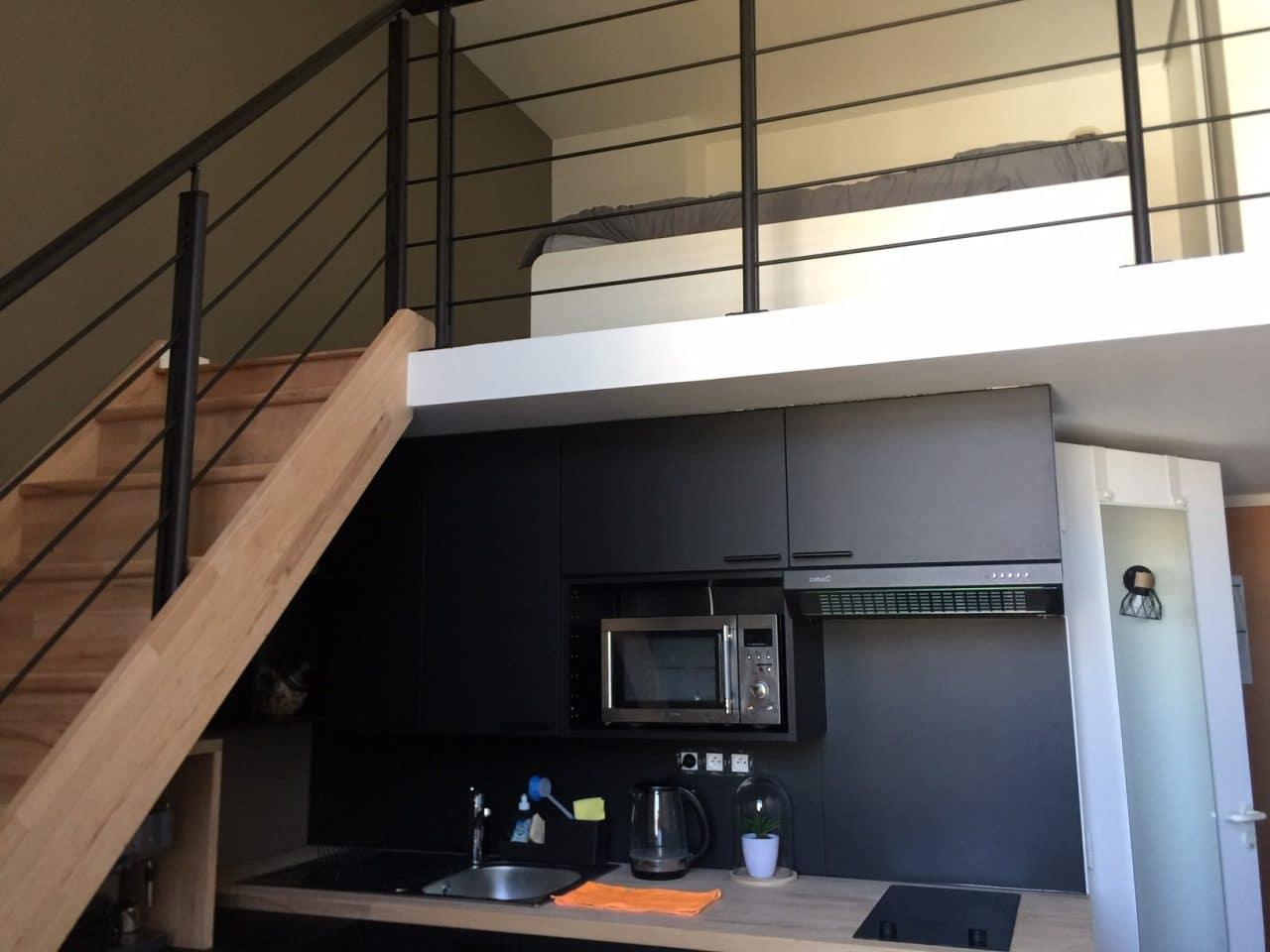 rénovation studio cuisine ouverte évier plaque de cuisson placard escalier bois mezzanine Le Croisic