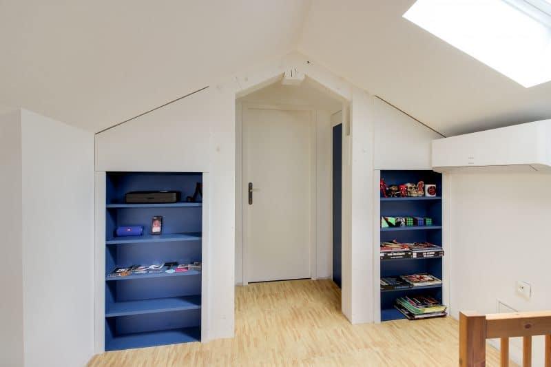 rénovation maison chambre sous combles étagère peinture Chazay d'Azergues