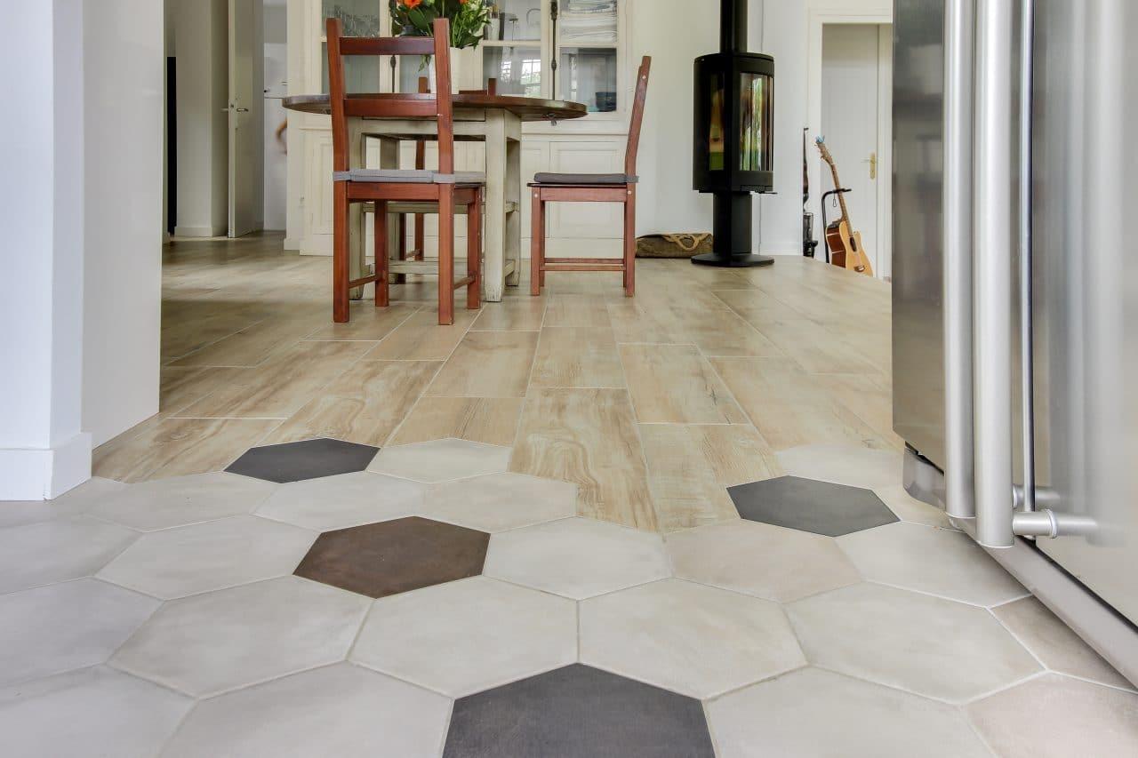 rénovation maison salle à manger poêle à bois carrelage hexagonale Chazay d'Azergues