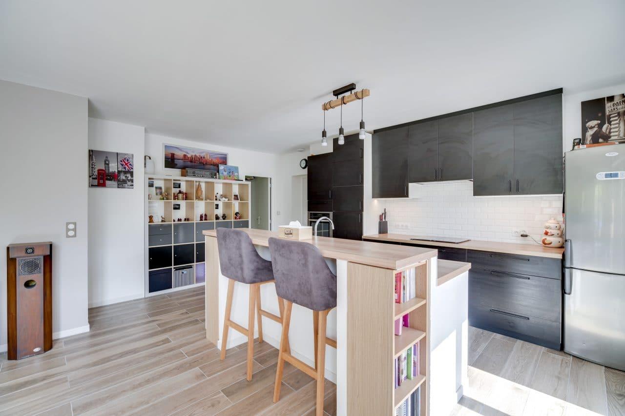 rénovation maison agencement cuisine ouverte bois bar îlot La Sauve