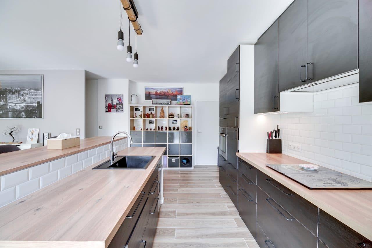 rénovation maison agencement cuisine ouverte plan de travail bois placards rangement La Sauve