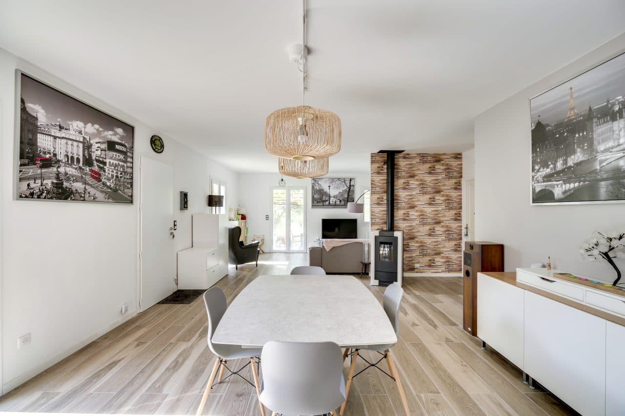rénovation maison agencement salle à manger carrelage effet parquet pierres de parement intérieur La Sauve