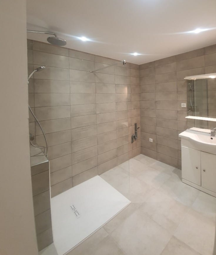 Salle de bain entièrement rénovée à Cannes (06)