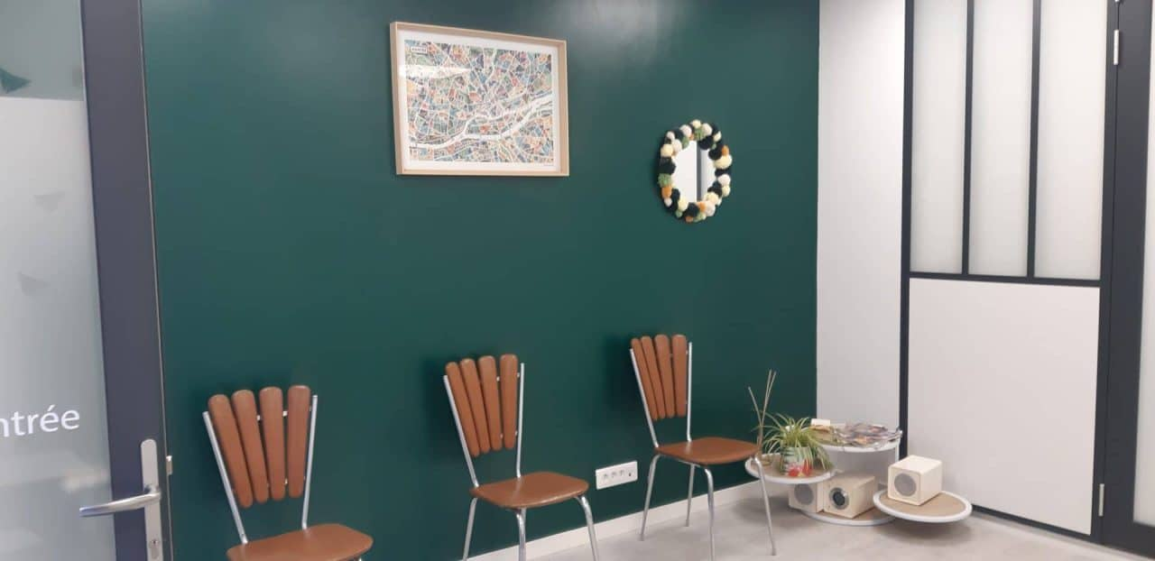 rénovation cabinet médical salle d'attente peinture vert-bleu verrière opaque Nantes Sud