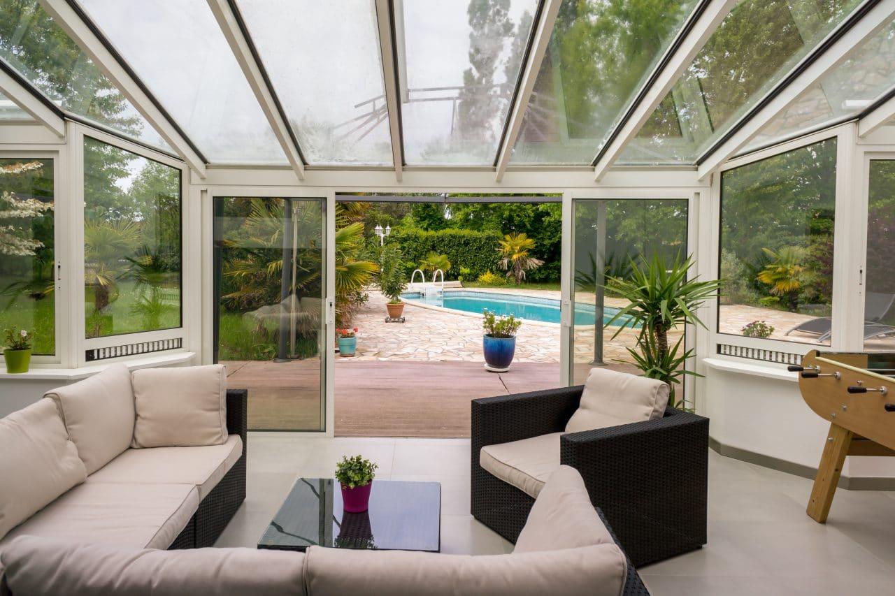 veranda vue piscine avec salon