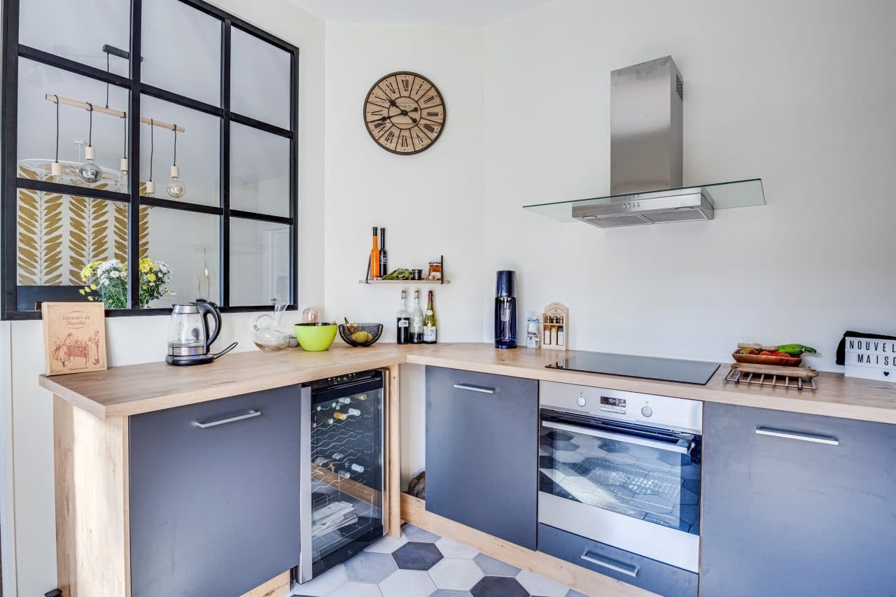 rénovation maison cuisine aménagée bois verrière industrielle Bron
