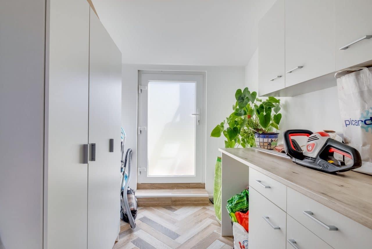 rénovation maison buanderie carrelage effet parquet peinture Bron