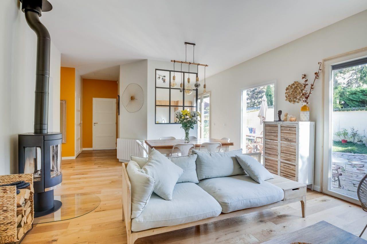 rénovation maison salon peinture parquet poêle à bois Bron