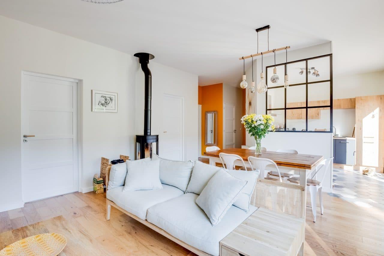 rénovation maison verrière luminaire poêle à bois parquet contrecollé bois Bron
