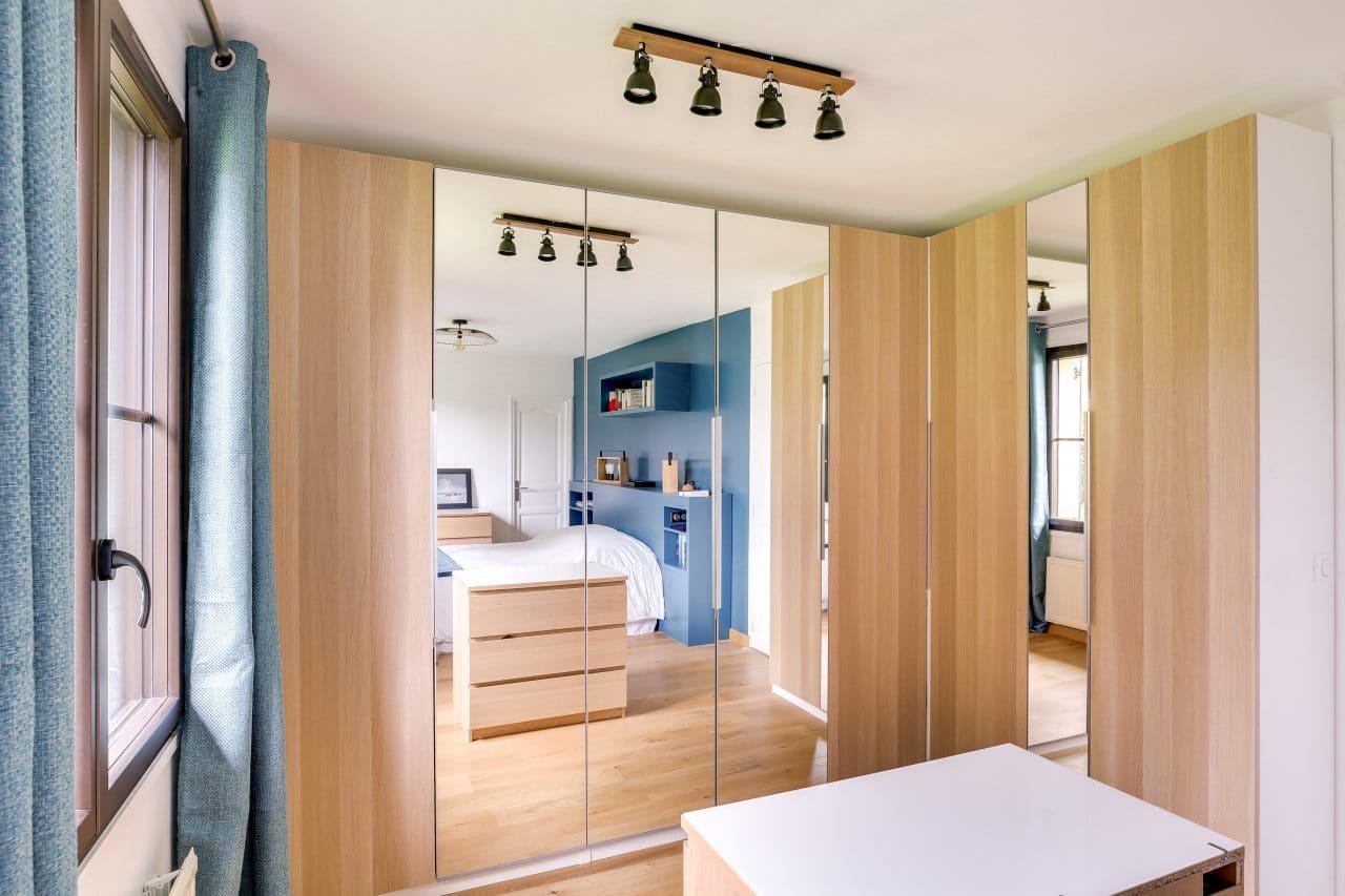 rénovation intérieure maison chambre mise en peinture placard rangement miroir Vernon