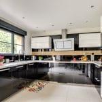 rénovation intérieure maison cuisine aménagée fonctionnelle noir laqué Vernon
