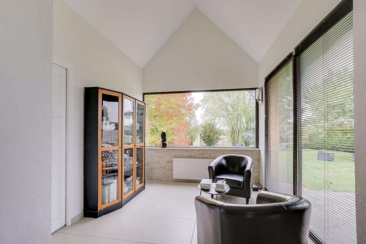 rénovation intérieure maison extension coin lecture peinture pierre de parement Vernon
