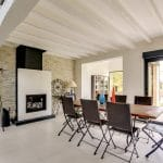 rénovation intérieure maison salle à manger cheminée pierre de parement peinture poutre Vernon