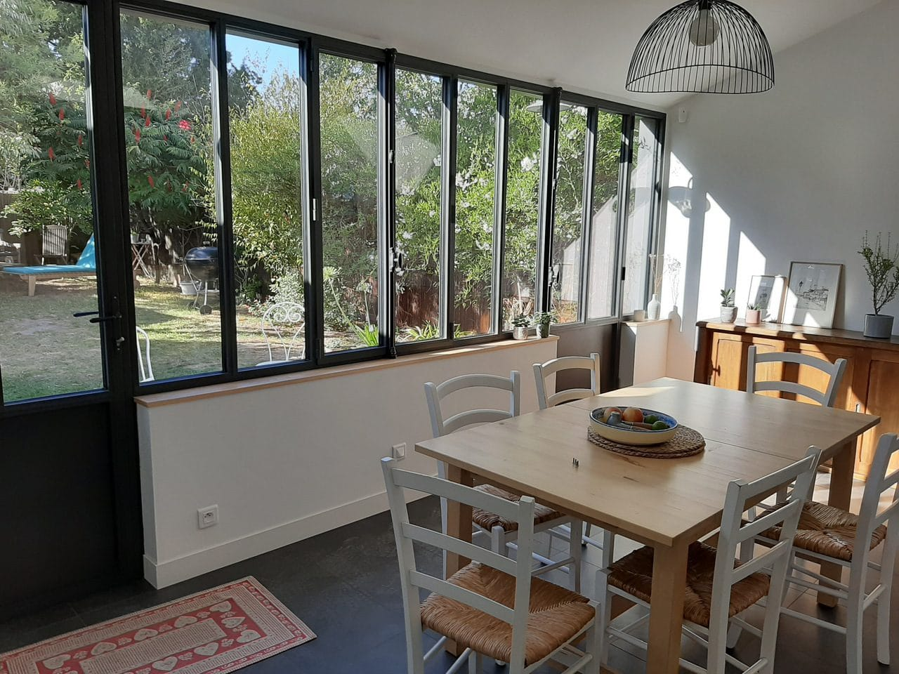 extension d'une maison à Nantes : salle à manger avec vue sur jardin