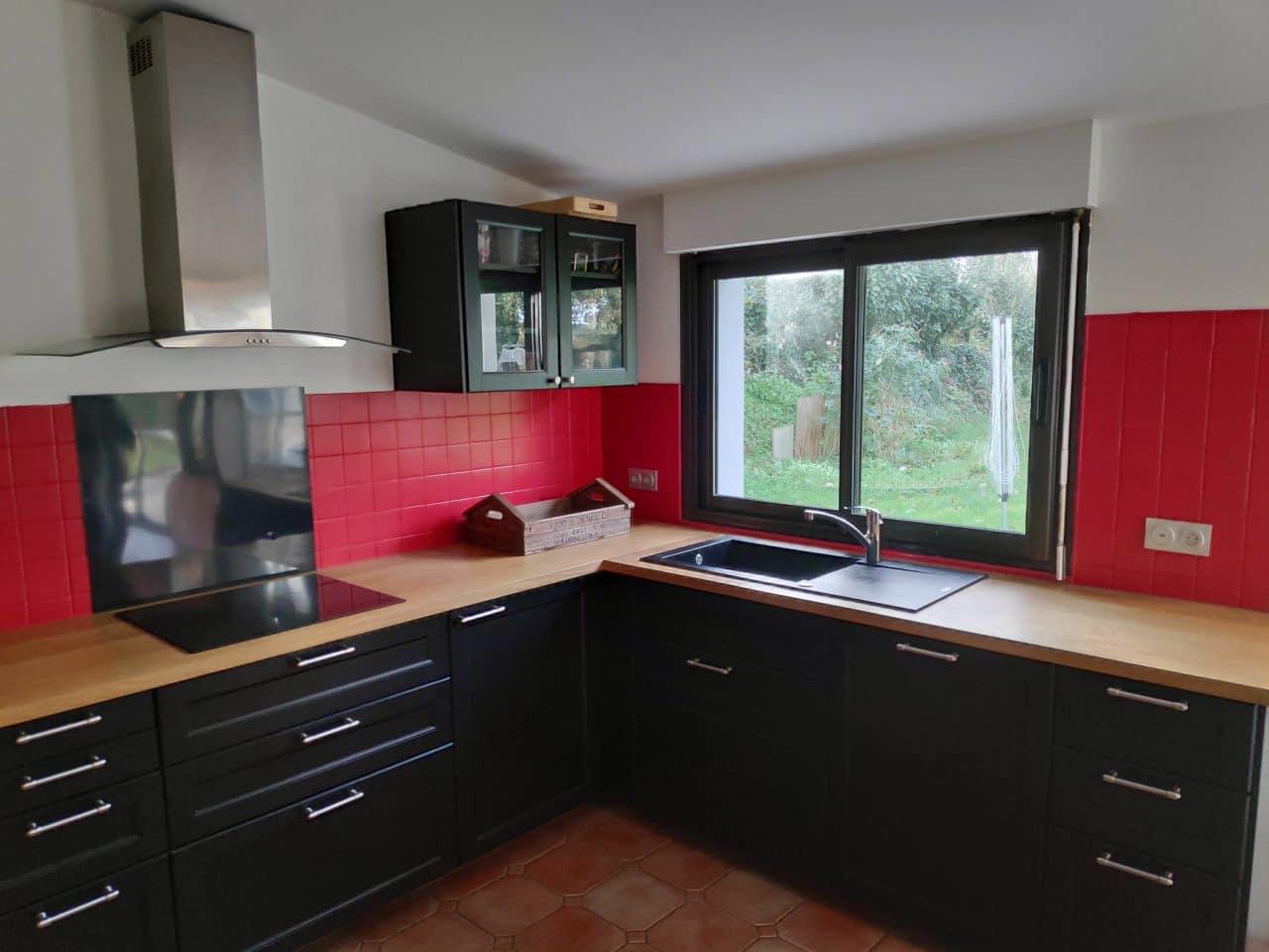 rénovation cuisine aménagée équipée noir plan de travail bois peinture sur faïence Le Conquet