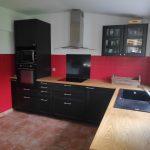 rénovation cuisine aménagée équipée noir plan de travail bois Le Conquet