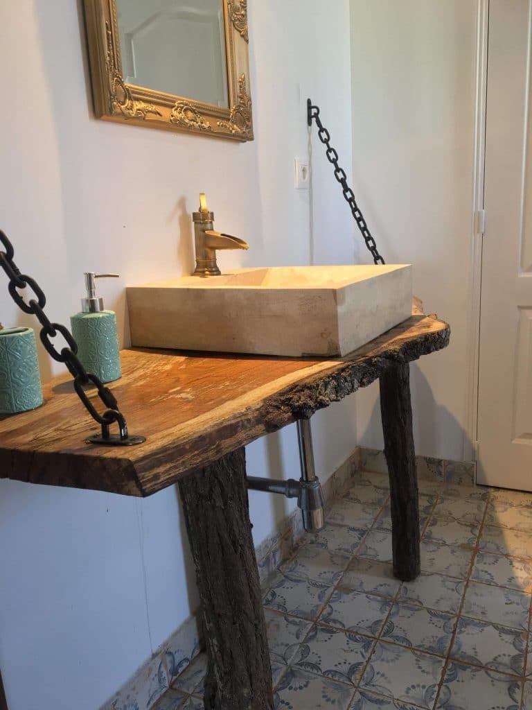rénovation grange salle de bain lavabo original en bois vasque marbre Olivet